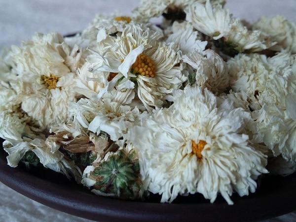 Pha hoa cúc khô cùng trà đậu biếc sẽ giúp nâng cao chất lượng giấc ngủ