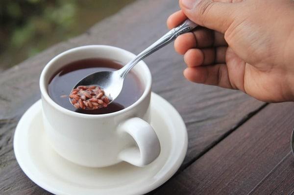 Chỉ nên pha đủ trà gạo lứt để sử dụng trong ngày, không để qua đêm