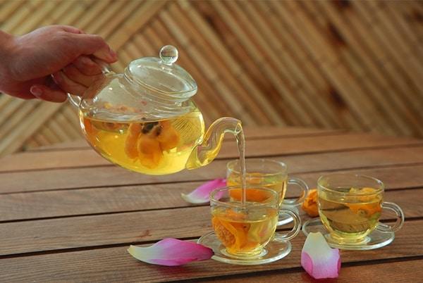 Bạn có thể hãm trà hoa vàng với nước sôi để uống như trà xanh thông thường