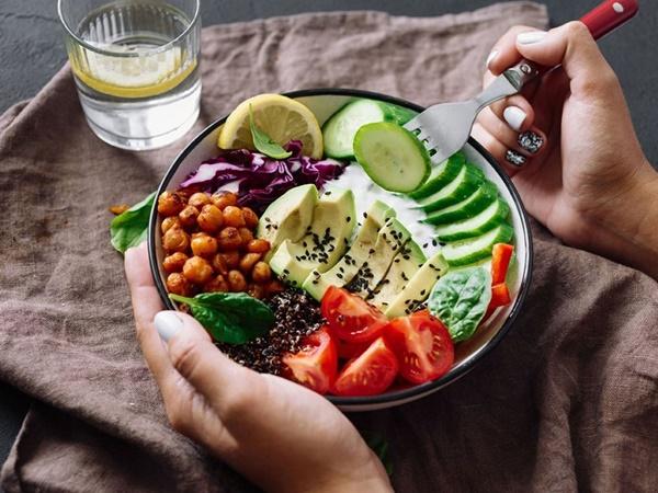 Nên ăn uống điều độ trong thời gian giảm cân bằng trà sâm dứa