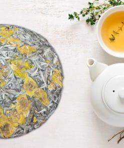 Trà shan tuyết có nhiều công dụng cho sức khỏe và sắc đẹp - sản phẩm bạch trà ép thành bánh với hoa
