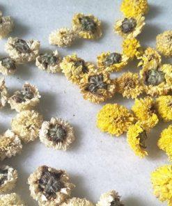 Một loại nguyên liệu làm nước detox được nhiều chị em yêu thích nữa là hoa cúc khô