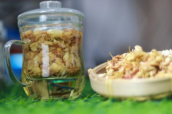 Hoa của cây chè bát tiên cũng được dùng làm trà sơn mật
