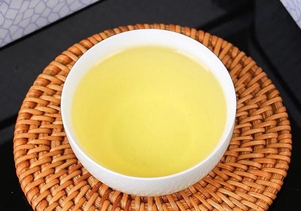Người thưởng trà cần uống từng ngụm nhỏ, nuốt từ từ để cảm nhận hết hương vị tuyệt hảo của trà Thiết Quan Âm