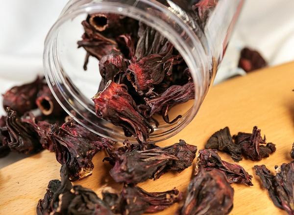 Trà Hibiscus là loại trà thảo mộc được làm từ phần đài hoa của cây bụp giấm
