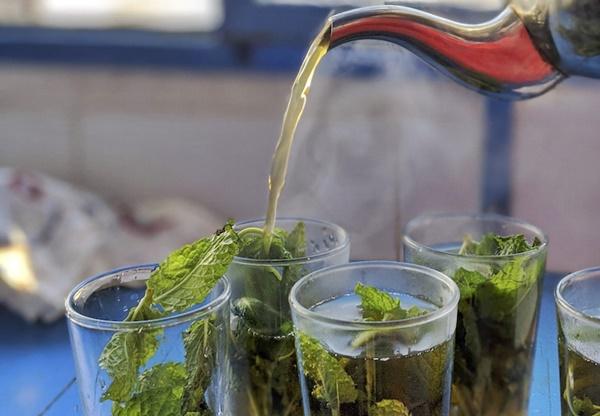 Bạn có thể uống trà bạc hà thường xuyên để giảm triệu chứng của bệnh xoang, cảm lạnh